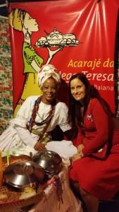 Inga kjøper seg sin første Acarajé laget av Teresa, helt fantastisk spesiell mat
