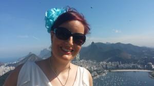 Inga på toppen av fjellet Pão de Açúcar, med utsikt over Rio