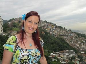 Inga i bydelen Santa Teresa i Rio. favelaen Santa Marta i bakgrunnen