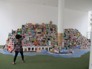 et prosjekt laget av barn, Projeto Morrinho, - en modell av byens favelaer. Utstilt på Museu De Arte Do Rio