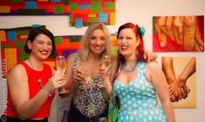 kunstner Caterina Mantuano, kurator Angela Oliveira og Inga Dalsegg på utstillingsåpning i Brasil