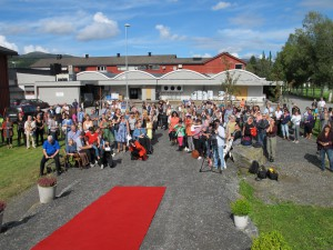 publikum venter på åpningen av Dalalåven Atelier