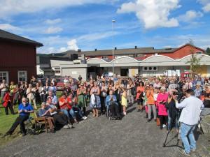 publikum under åpningen av Dalalåven Atelier i fjor