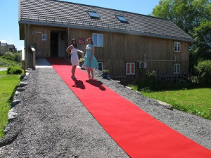 Yvonne Jeanette Karlsen and Inga Dalsegg on the red carpet in front of Dalalåven Atelier